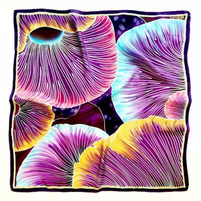 A kalap alatt lila-türkiz nagy selyemkendő